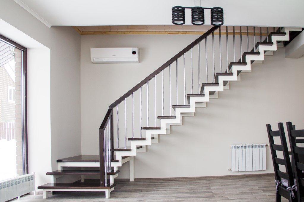 Сборка деревянной лестницы на металлическом каркасе